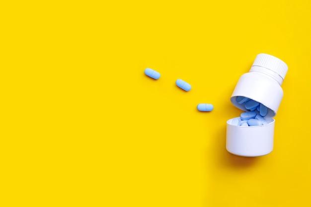 白いプラスチック製の医療用ボトルでhivを予防するために使用されるprep(事前暴露予防)