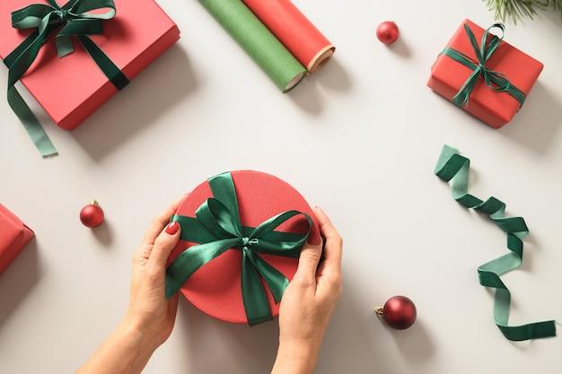 휴일을 위한 크리스마스 빨강 및 녹색 선물 상자 준비 및 포장
