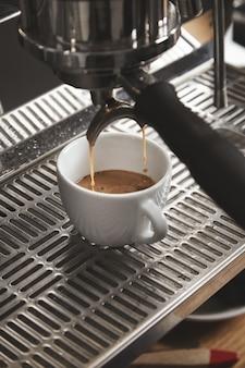 카페 숍에서 큰 이탈리아 기계에 커피를 준비합니다. 확대