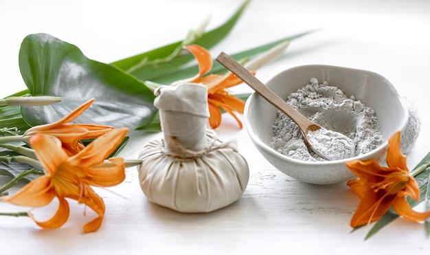 Preparazione di una maschera cosmetica con ingredienti naturali, cura della pelle del viso a casa o in un salone spa.