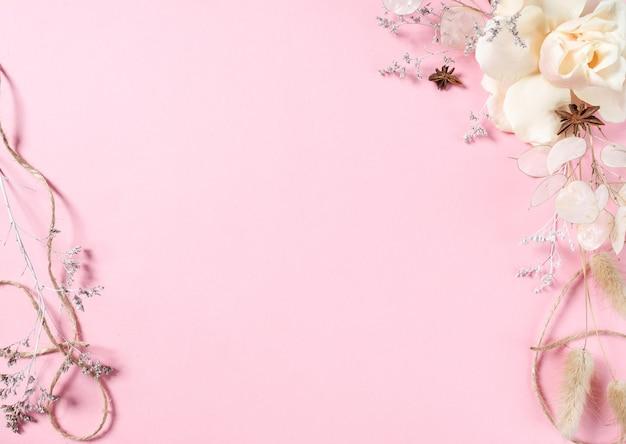 미래 엽서 준비. 텍스트를위한 공간으로 분홍색 배경에 분홍색 꽃