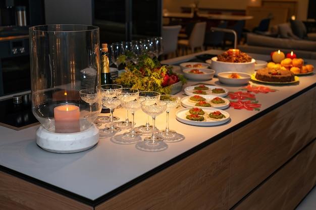 크리스마스 연회를 위한 준비 현대식 식탁에 와인 잔 스낵 새해 전야