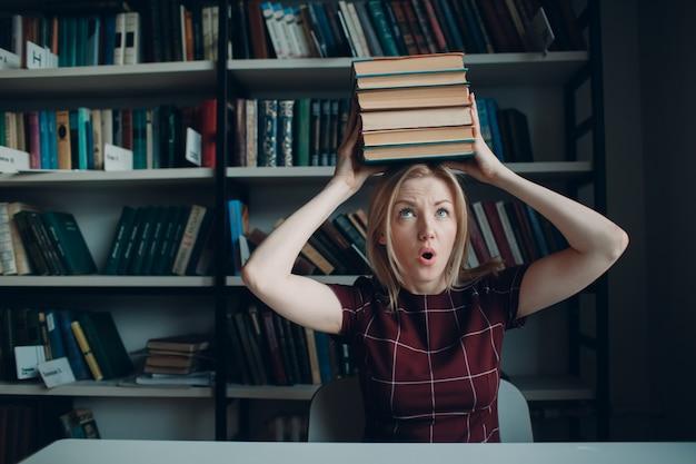 Подготовка к экзаменам концепции. молодая красивая женщина студент.