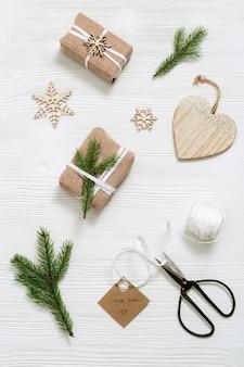 Подготовка к празднику самодельный подарок новогодний подарок коробка обернутая декорированная натуральной зеленой елью