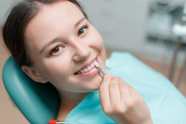 Подготовка к отбеливанию зубов в стоматологическом кабинете