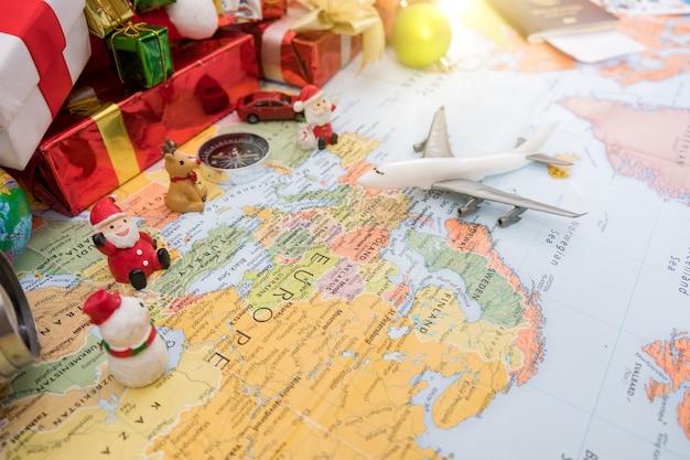 Подготовка к путешествию концепции, карандаш, часы, деньги, паспорт, самолет, отмеченная книга, наушник, на старинном деревянном фоне с копией пространства.