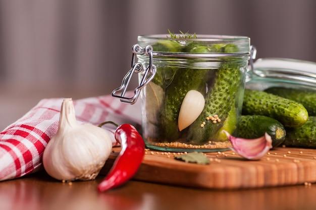 Preparazione di cetrioli sottaceto fatti in casa