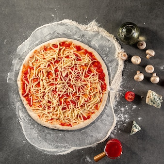 Preparation of neopolitan pizza with cheese