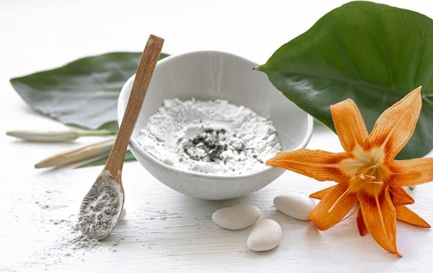 Приготовление косметической маски из натуральных компонентов, уход за кожей лица в домашних условиях.