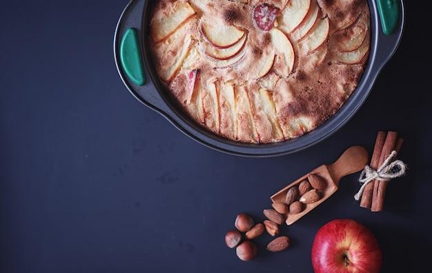 집에서 사과 파이 준비. 사과와 견과류를 곁들인 홈메이드 패스트리. 구운 사과에서 달콤한 디저트입니다.