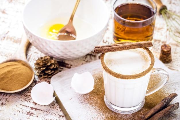 クリスマスエッグノッグの準備、クリスマスドリンクのレシピ、卵、砂糖、シナモン、ラム酒、クリーム