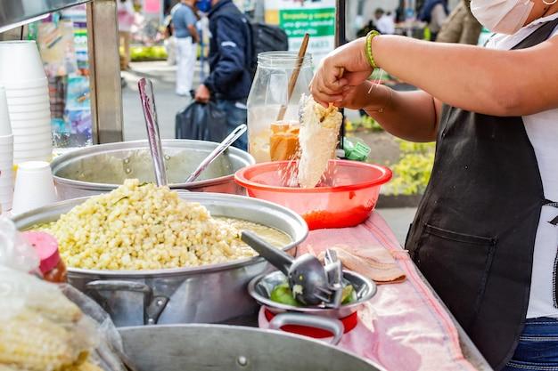 メキシコの露店でのトウモロコシの準備典型的なメキシコ料理