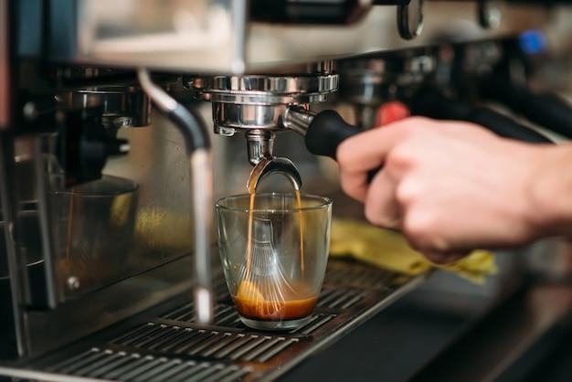 Приготовление напитка в кофеварке.