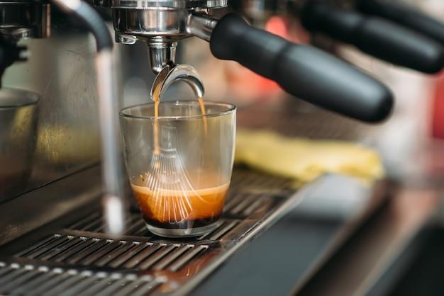 コーヒーマシンで飲み物の準備。