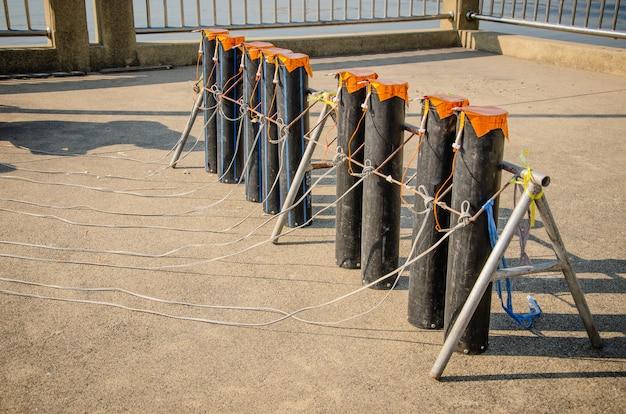 Подготовка фейерверк-шоу с трубками, наполненными порохом и электрическим проводом на земле.