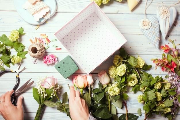 마카롱이 있는 꽃 상자 준비, 플로리스트 작업장의 상위 뷰