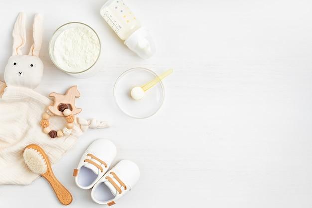 아기 수유를 위한 분유 준비. 아기 건강 관리, 분유 개념의 유기농 혼합물.
