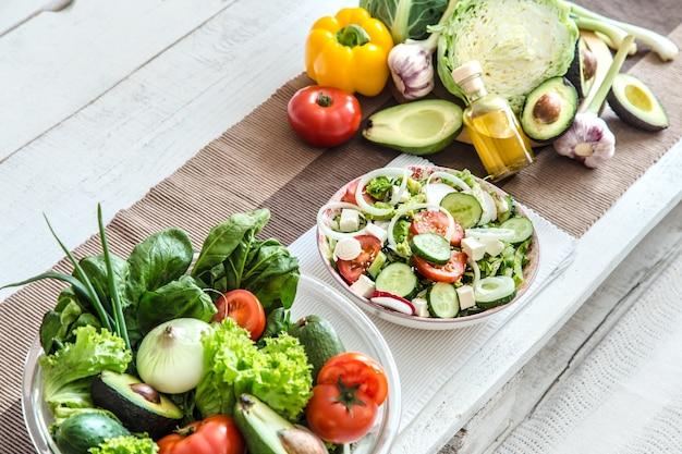 テーブルの上のオーガニック製品から健康食品の準備。健康食品と家庭料理のコンセプトです。上面図