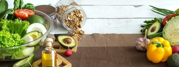 테이블에 유기농 제품으로 건강 식품 준비