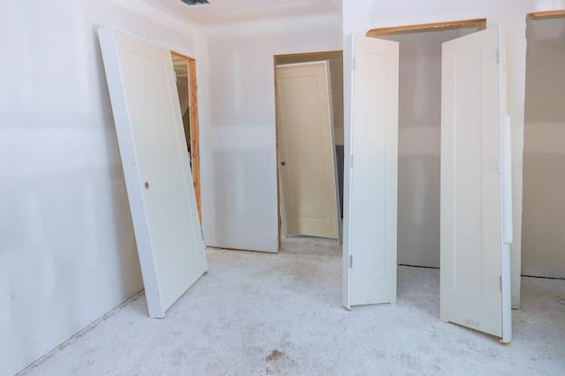 Подготовка интерьера в новостройке межкомнатные деревянные двери штабелеукладчика ждут установки