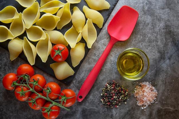 トマトとスパイスのパスタの準備。料理。テストの製品。