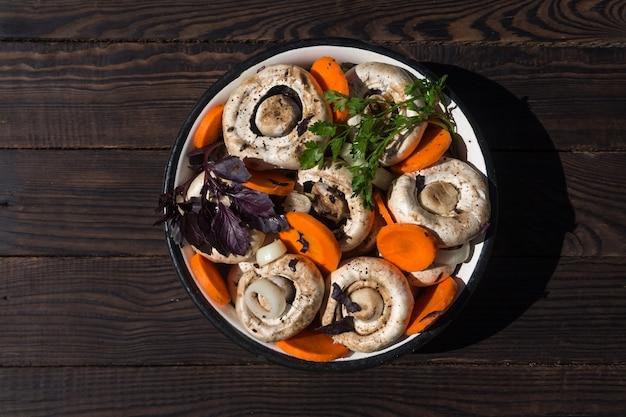 野菜とスパイスを使ったキノコのピクルスの準備
