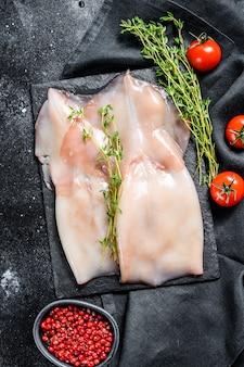 Приготовление сырых кальмаров и ингредиентов