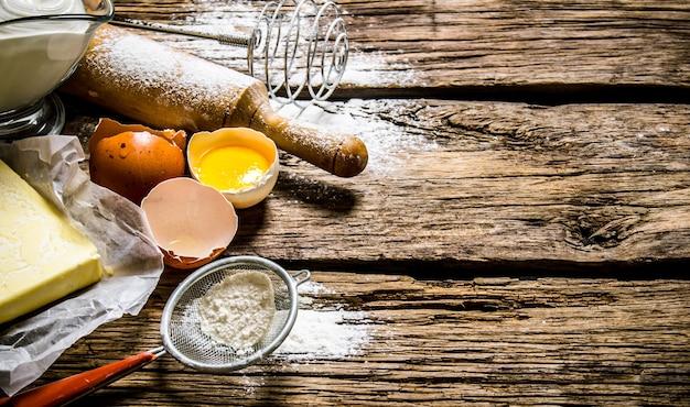 반죽 준비. 반죽 재료-계란, 밀가루, 롤링 핀이 달린 버터.