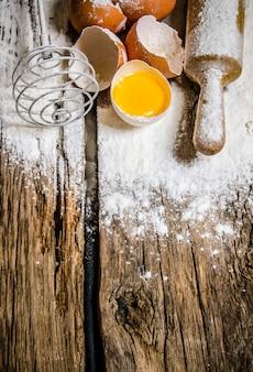生地の準備。小麦粉、泡立て器、めん棒を使った生地の卵の材料。