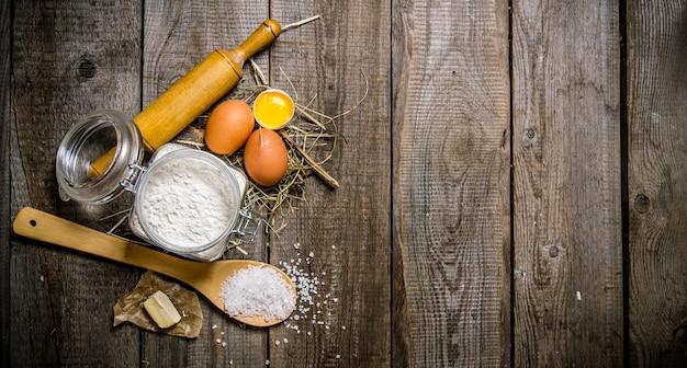 반죽 준비. 반죽 재료-밀가루, 계란, 소금 및 버터.