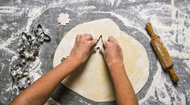 生地の準備。新鮮な生地からクッキーを作る。
