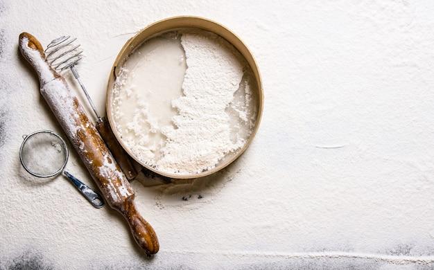 生地の準備。麺棒と小麦粉でふるいにかけます。