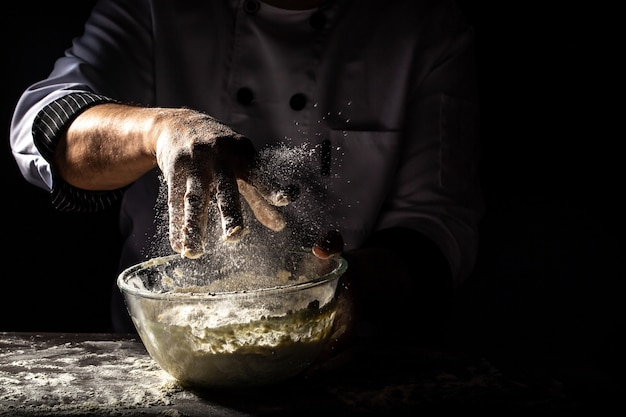 男性の手でパン生地を作る
