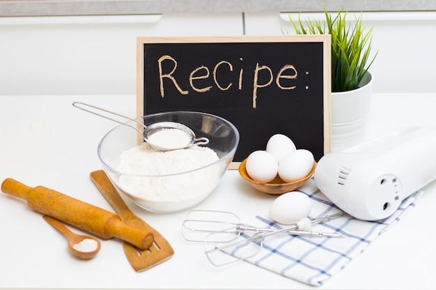 テストの準備。テーブルの上の材料-小麦粉、卵、塩。選挙人団