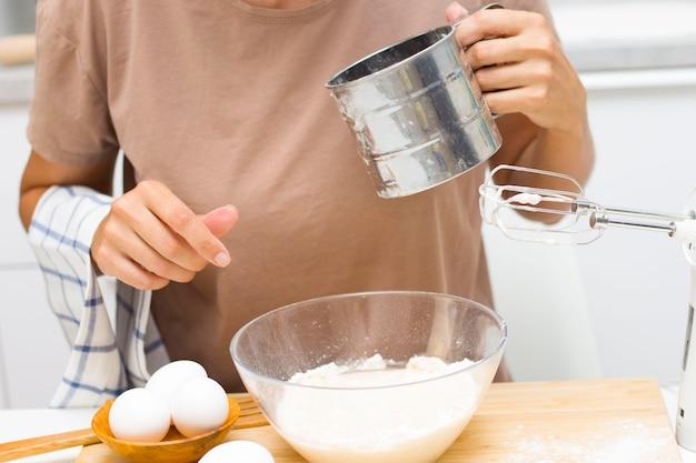 Подготовка к тесту. ингредиенты на муке пшеничной столовой, яйца, соль. избирательный фокус