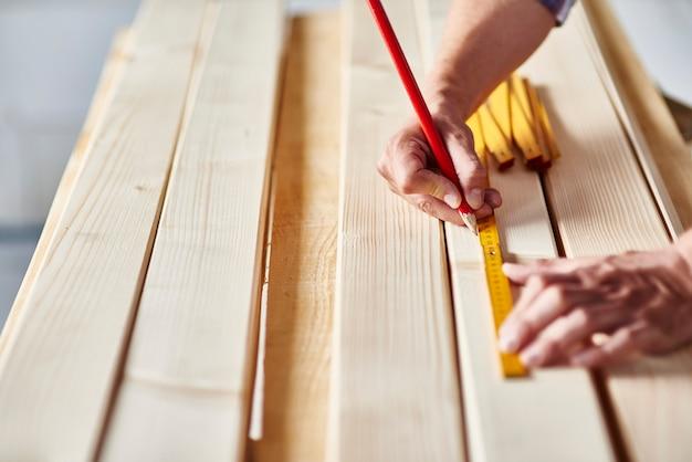 大工による木の板の準備