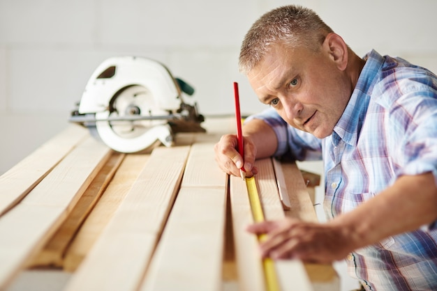 Подготовка деревянных досок плотником