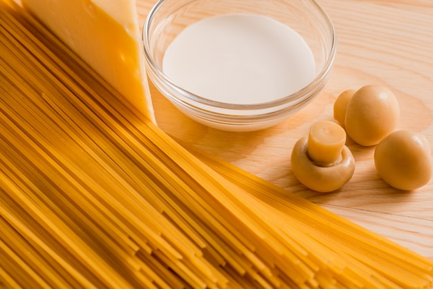 Preparation of spaghetti with cheese mushrooms