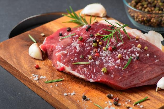 牛肉ステーキ用の塩ニンニクで新鮮な牛肉を準備する