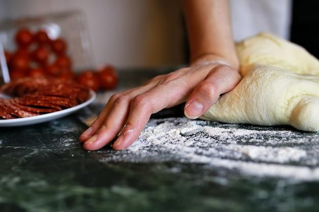 ピザ生地の手を準備します