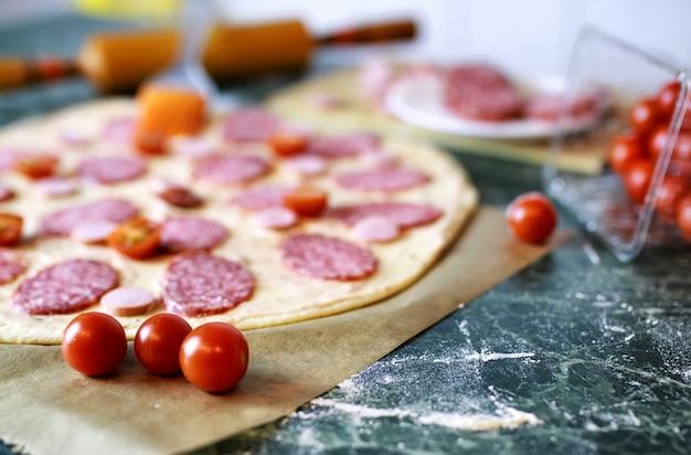 ピザのトッピングを準備する