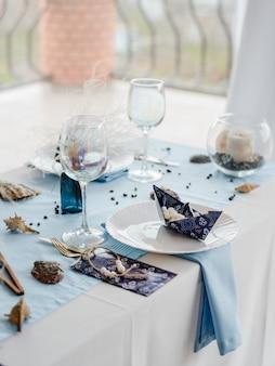 Подготовлен праздничный стол с бумажной нарядной посудой для детской вечеринки в голубых тонах. день детского душа. выборочный фокус