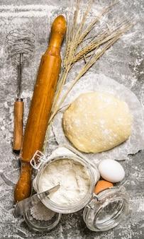 Приготовленное тесто тесто для него на каменном столе