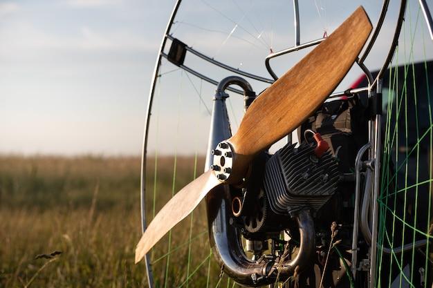 Подготовка паралета с бензиновым двигателем к полетам