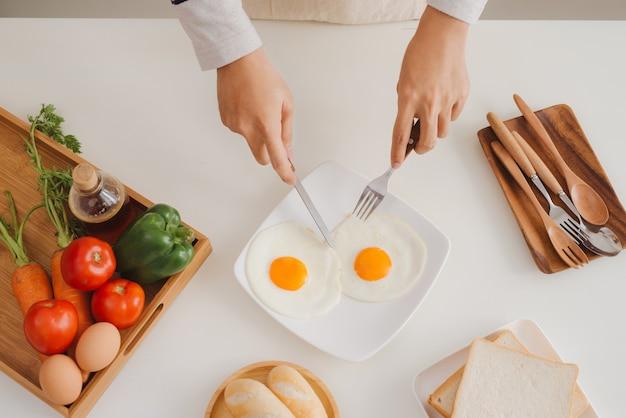 아침에 집에서 아침 식사를 준비하고 먹습니다.