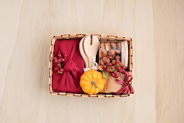 感謝祭のためのケアパッケージの準備、台所用品付きの生理的なギフトボックス