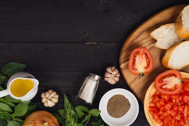 Готовим вкусную итальянскую брускетту из помидоров с нарезанными овощами, зеленью и маслом