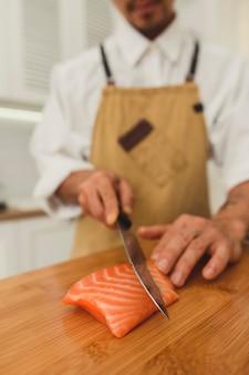 Готовим вкусные ролл-суши в ресторане азиатский мастер нарезка лососевой рыбы