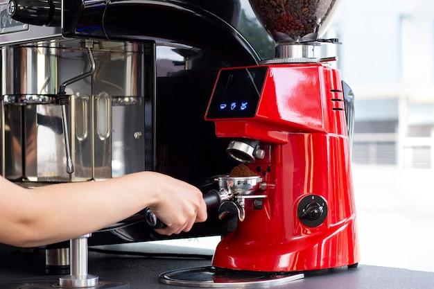 高級カフェバーでエスプレッソコーヒーを準備