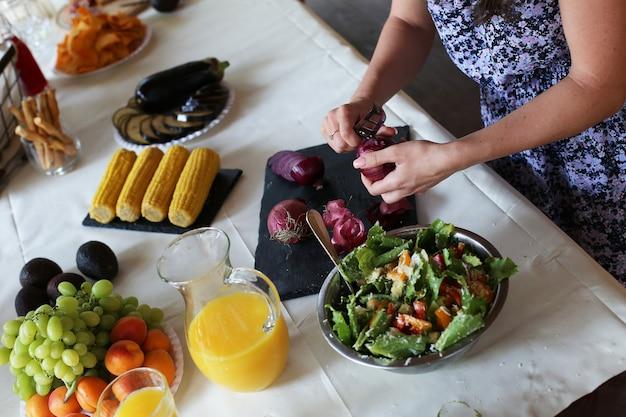 Preparing food for picnic